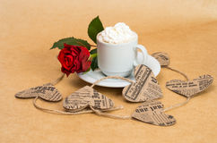 ¡ De Ð de café avec de la crème avec la fleur rose et le coeur Image stock