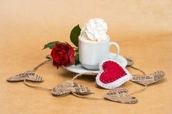 ¡ De Ð de café avec de la crème avec la fleur rose et le coeur Photographie stock libre de droits