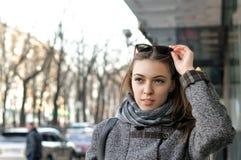 De Ð'eautifulvrouw loopt onderaan de straat in de stad stock foto