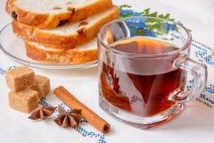 ¡De Ð para arriba del té con el azúcar marrón, el anís, el canela y el pan Fotos de archivo libres de regalías