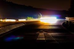De övergående ljusen av bilar och lastbilar på natten Fotografering för Bildbyråer