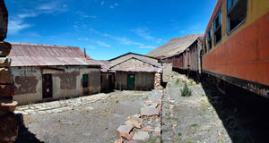 De övergav järnväg vagnarna med skadade lagerbyggnader, Peru Arkivfoto