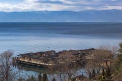 De 'baai van de beenderen ' Een archeologische plaats, restauratie van een recent-messing, vroeg-ijzerregeling in Ohrid-Meer Een  royalty-vrije stock foto