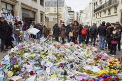 """De """"suis Charlie Je"""" - lamentando nos 10 Rue Nicolas-Appert para as vítimas do massacre no compartimento francês """"Charlie Hebdo"""" Imagens de Stock"""