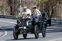 1904年De戴恩布顿8马力v驾驶在乡下公路的Tonnaeu 图库摄影