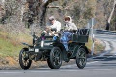 1904年De戴恩布顿8马力v驾驶在乡下公路的Tonnaeu 免版税库存图片