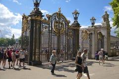 de法国浏览 绿色公园门,在白金汉宫附近 免版税库存图片