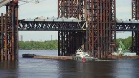 De aak drijft dichtbij de brugbouw stock footage