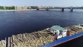 De aak met cutten hout die de grote rivier met blauw water uittrekken stock video