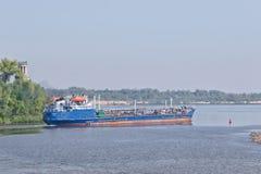 De aak voor vervoer van diverse aardolieproducten blijkt Stock Foto's