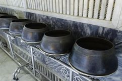 De aalmoeskom van de monnik in Wat Pho Stock Fotografie