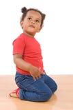 De aanbiddelijke Afrikaanse baby knielt neer Royalty-vrije Stock Afbeeldingen