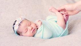 De aanbiddelijke baby ligt in blauw rieten bed stock videobeelden