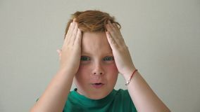 De aanbiddelijke jongen onderzoekt camera met emoties en gevoel bij gezicht Jonge knappe jong geitjekoppelingen zijn hoofd die vr stock video
