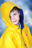De aanbiddelijke Jongen van Vier Éénjarigen in de Laag van de Regen Royalty-vrije Stock Fotografie