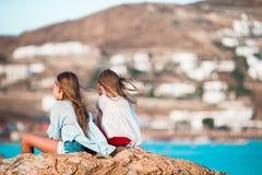 De aanbiddelijke meisjes genieten van de vakantie van het de zomerstrand Royalty-vrije Stock Afbeelding