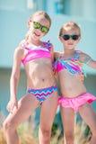 De aanbiddelijke meisjes genieten van hun de zomervakantie in Griekenland Stock Afbeelding