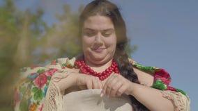De aanbiddelijke mollige vrouw toont een originele manier om gekookte eieren van shell in openlucht schoon te maken Grappige het  stock video
