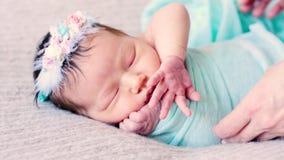 De aanbiddelijke pasgeboren leugens op bed en letten op de dromen stock footage