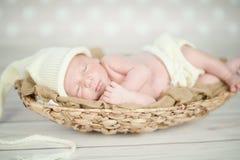 De aanbiddelijke pasgeboren rust van de babyslaap Royalty-vrije Stock Foto's