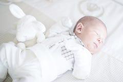 De aanbiddelijke pasgeboren rust van de babyslaap op rug Stock Afbeelding