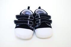 De aanbiddelijke schoenen van de babyjongen stock afbeeldingen