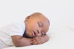 De aanbiddelijke slaap van de babyjongen vreedzaam Stock Afbeeldingen