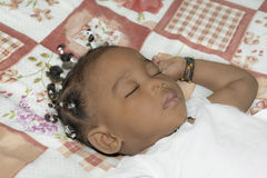 De aanbiddelijke slaap van het babymeisje in haar ruimte (één éénjarige) Royalty-vrije Stock Afbeelding