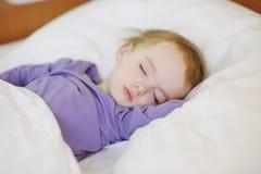 De aanbiddelijke slaap van het peutermeisje Royalty-vrije Stock Foto's