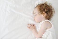 De aanbiddelijke slaap van het peutermeisje Stock Foto's