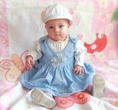 De aanbiddelijke zitting van het babymeisje Royalty-vrije Stock Foto