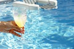 De aanbieding van de cocktail Stock Foto