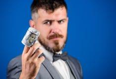 De aanbiedingssteekpenning of aankoop van het kerel formele kostuum Het geld blauwe van de Hipsteraanbieding dichte omhooggaand a royalty-vrije stock fotografie