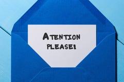 De aandacht gelieve te nemen van bij blauwe envelop nota stock fotografie