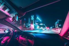 De aandrijving van de autosnelheid op de weg in nacht royalty-vrije stock afbeeldingen