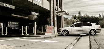 De aandrijving van de auto in parkerengarage Royalty-vrije Stock Foto