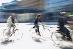 De aandrijving van de fietser in de stad Stock Afbeelding
