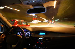 De aandrijving van de nacht met auto in motie stock afbeelding