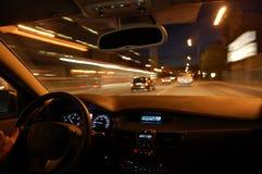 De aandrijving van de nacht met auto in motie Stock Fotografie