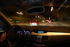 De aandrijving van de nacht met auto in motie royalty-vrije stock afbeelding