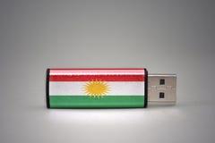 De aandrijving van de Usbflits met de nationale vlag van Koerdistan op grijze achtergrond Royalty-vrije Stock Afbeelding