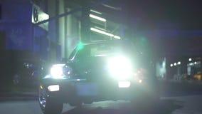 De aandrijving van het korvet langs in langzame motie bij de nacht stock video