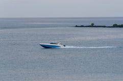 De aandrijving van de snelheidsboot door het kalme overzees Royalty-vrije Stock Fotografie