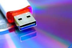 De aandrijving van de Usbflits op CD-schijfachtergrond Nieuwe en oude technologie materiaal om informatie op te slaan gekleurde b stock foto's
