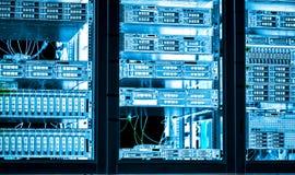 De aangesloten servers van de serverruimte Internet met multikabels stock foto