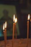 De aangestoken kaarsen in kerk tegen Royalty-vrije Stock Afbeelding
