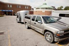De aanhangwagen van de vrachtwagen en van de voorraad bij veterinaire kliniek Stock Foto
