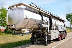 De aanhangwagen van de vrachtwagen met brandstofcontainer royalty-vrije stock fotografie
