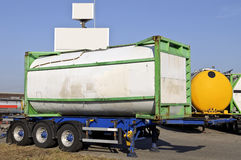 De aanhangwagen van de vrachtwagen met brandstofcontainer stock afbeelding