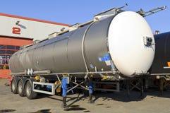 De aanhangwagen van de vrachtwagen met brandstofcontainer Stock Foto